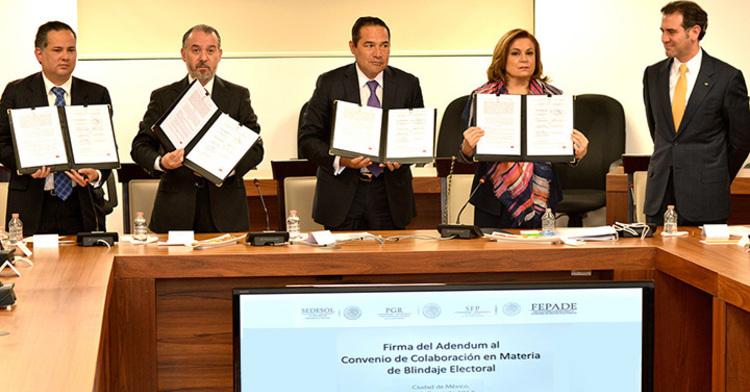 Titulares de SFP, SEDESOL, PGR y FEPADE mostrando el convenio de colaboración firmado