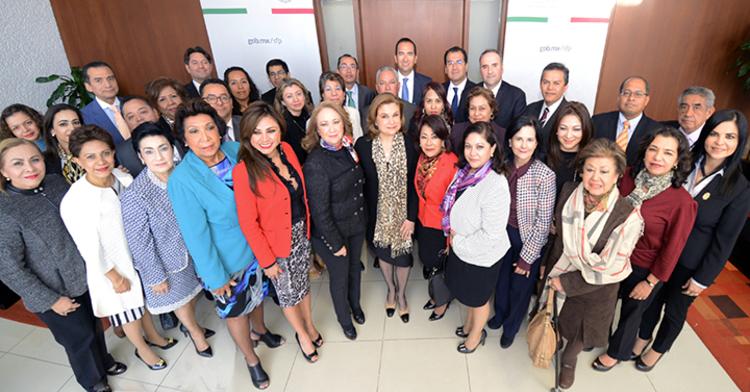 Foto oficial con magistrados