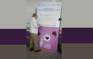 El C. Graco Ramírez, Gobernador de Morelos, manifiesta su consentimiento como donador firmando su tarjeta.