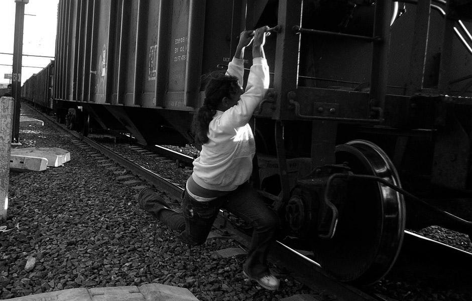 Mujer corriendo para subir al tren
