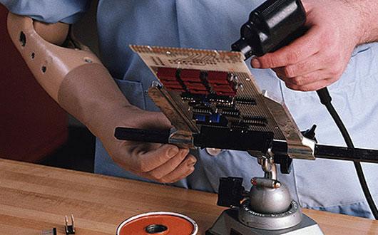 Persona con discapacidad que tiene una prótesis en la mano trabajando