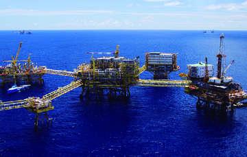 La imagen muestra unas plataformas petroleras