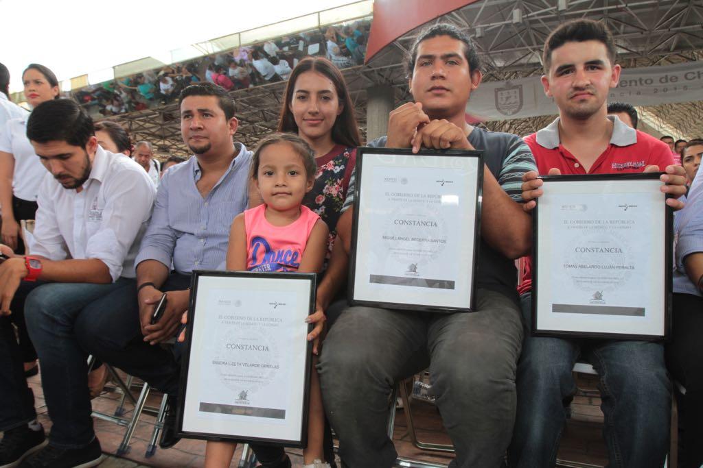 """Beneficiarios sostienen su constancia del Programa """"Vivienda Joven"""" , con lo cual se hacen de su hogar y un patrimonio para sus hijos."""