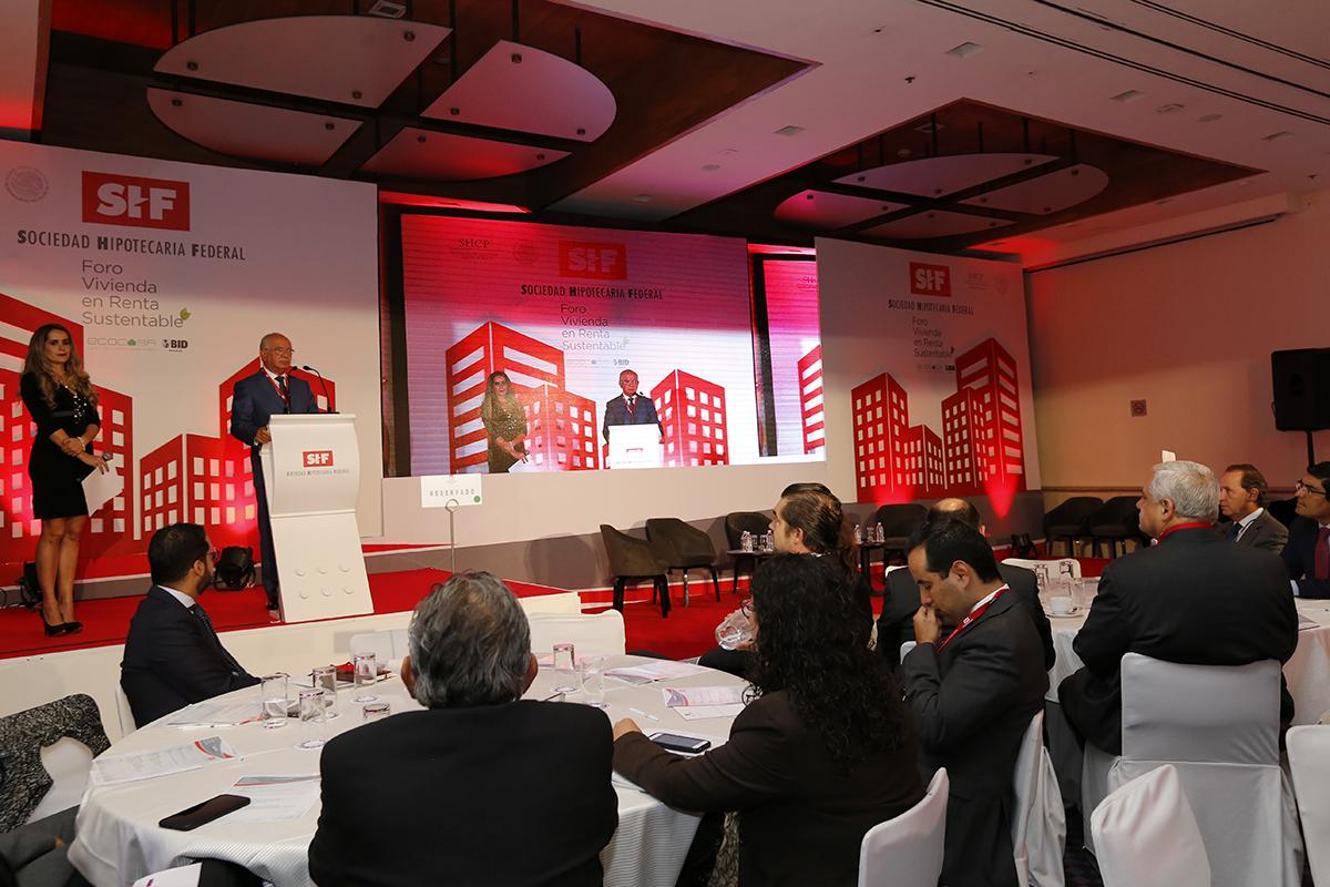El Vocal Ejecutivo Luis Antonio Godina Herrera asistió al foro que analizó la demanda de vivienda en renta sustentable