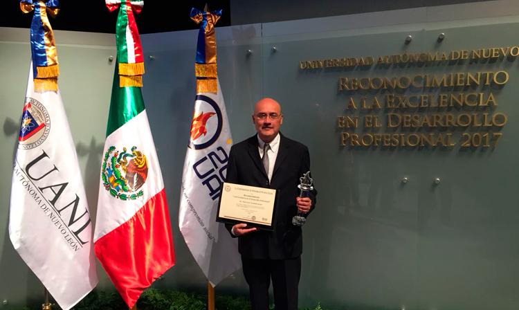 La Universidad Autónoma de Nuevo León (UANL), otorgó el Reconocimiento a la Excelencia en el Desarrollo Profesional al Maestro en Ciencias Hugo César Arredondo Bernal, funcionario del SENASICA