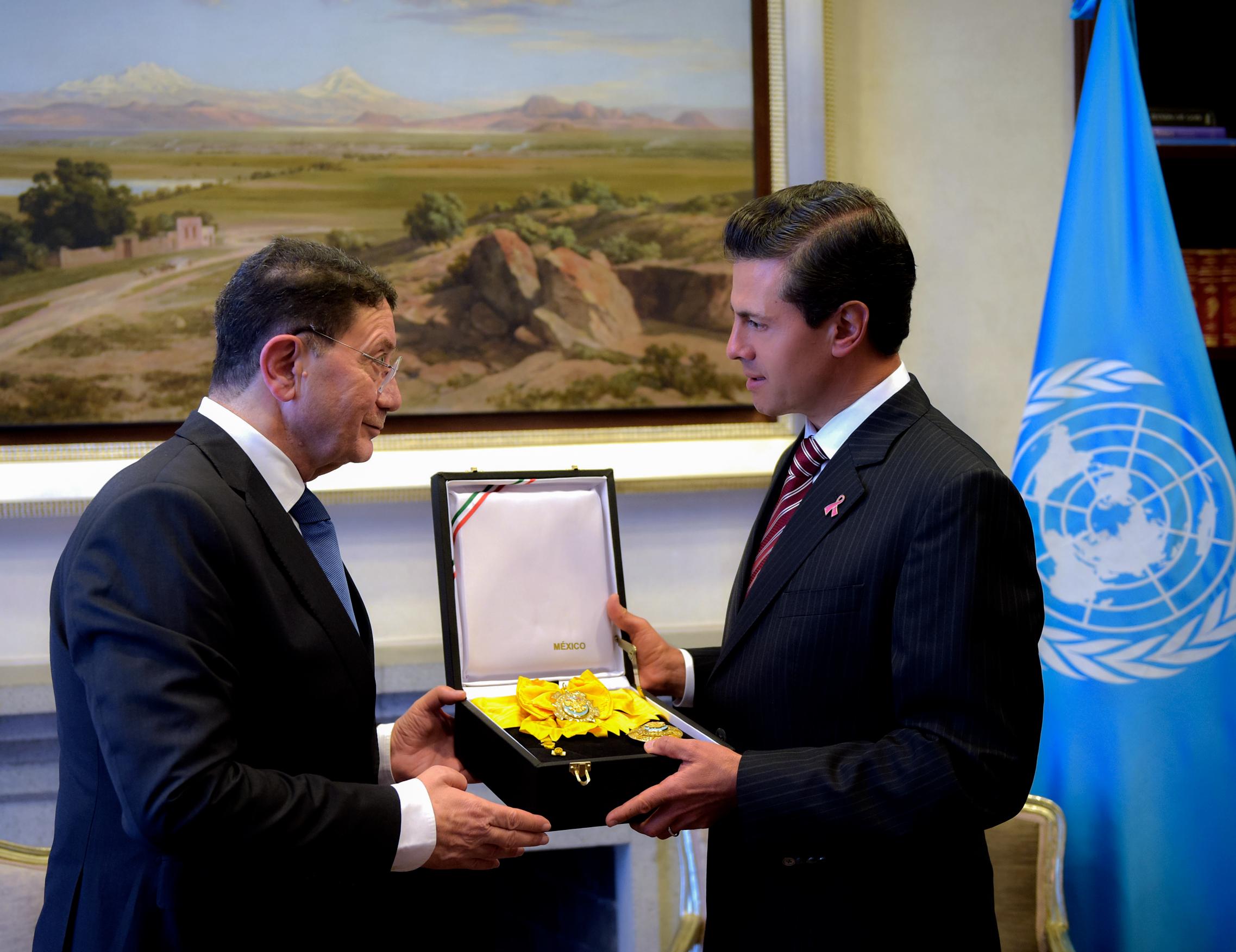 La Orden Mexicana del Águila Azteca es la más alta distinción concedida a los extranjeros en México por servicios prominentes prestados a la nación o a la humanidad.