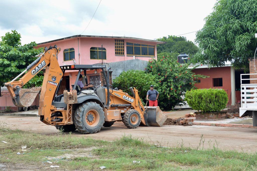 Maquinaria pesada en la remoción de escombros, paso previo a la reconstrucción