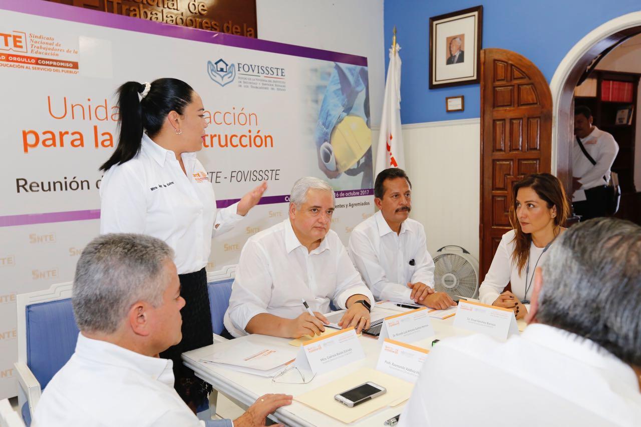 Luis Antonio Godina durante la reunión con docentes de la sección 19 del Sindicato Nacional de Trabajadores de la Educación en Morelos.