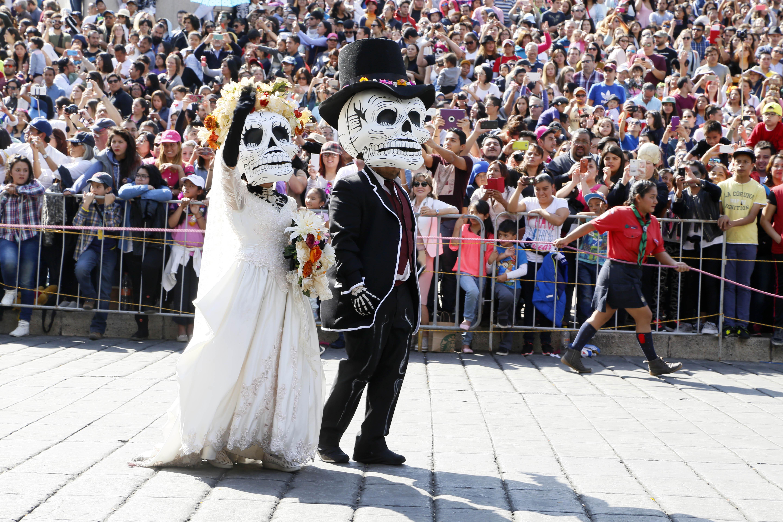 Este año, el gobierno de la Ciudad de México, en conjunto con el Consejo de Promoción Turística (CPTM) y la Secretaría de Turismo Federal organizan por tercer año el monumental desfile de Día de Muertos.