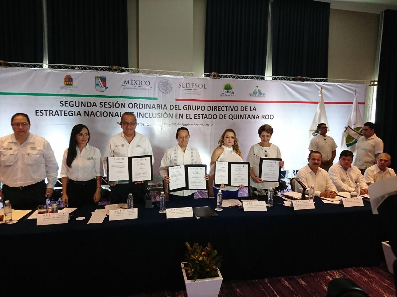 La Dra. Mercedes Juan López, Directora General del CONADIS, y Carlos Joaquín Gobernador de Quintana Roo firman un convenio.