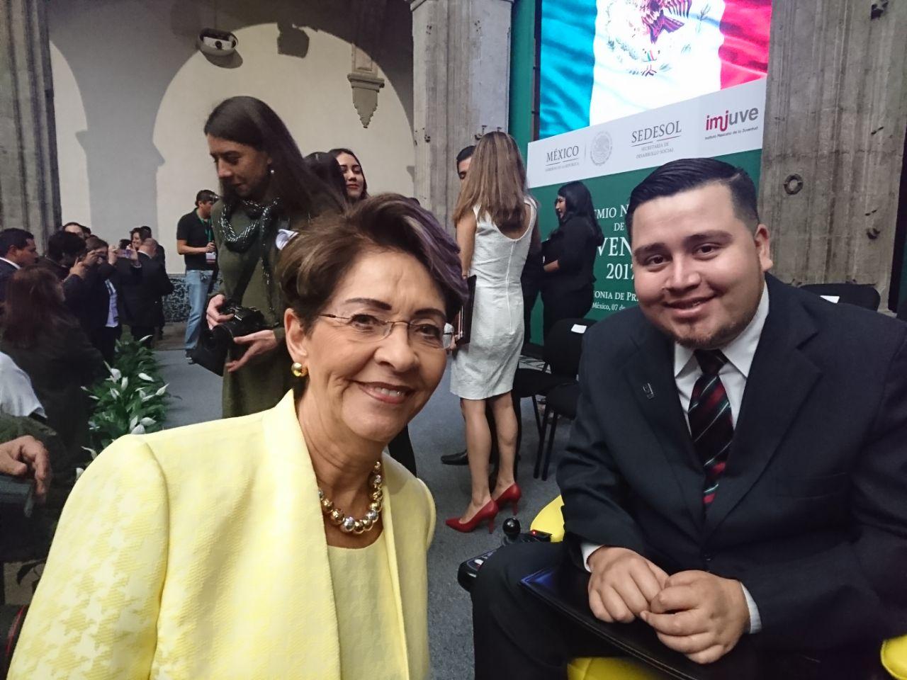 Dra. Mercedes Juan, Directora General del CONADIS con Abel Gutiérrez Ramos, ganador del Premio Nacional de la Juventud 2017, en la categoría de Discapacidad B