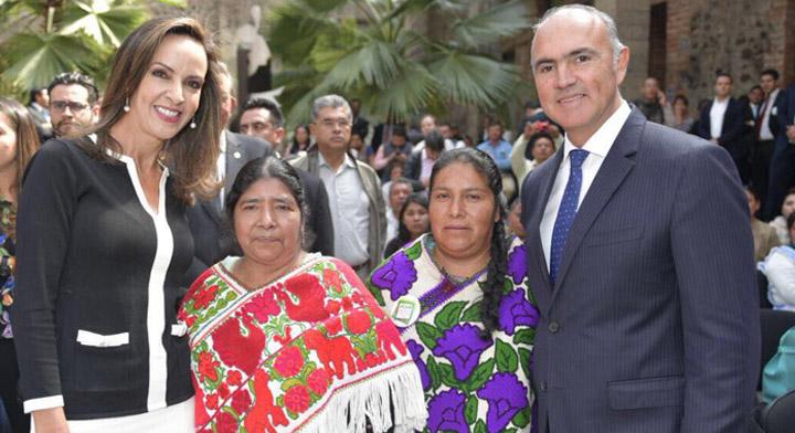 Pepe Calzada y su esposa acompañados de mujeres productoras