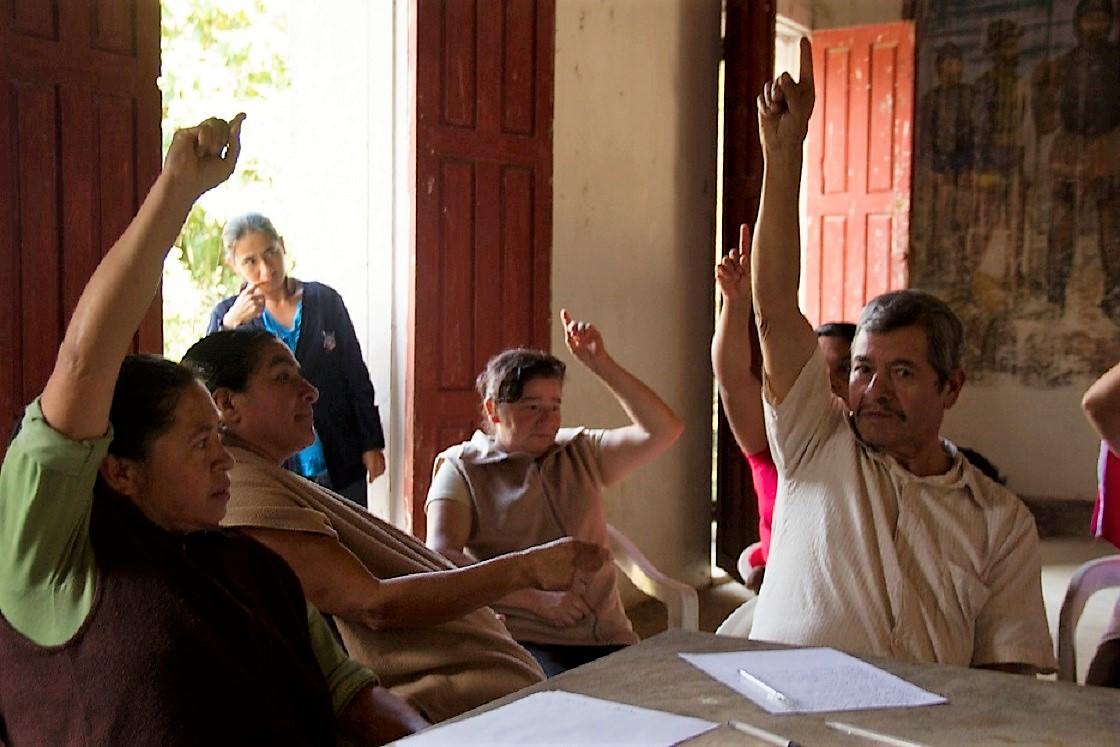 Ciudadanos participando en una junta