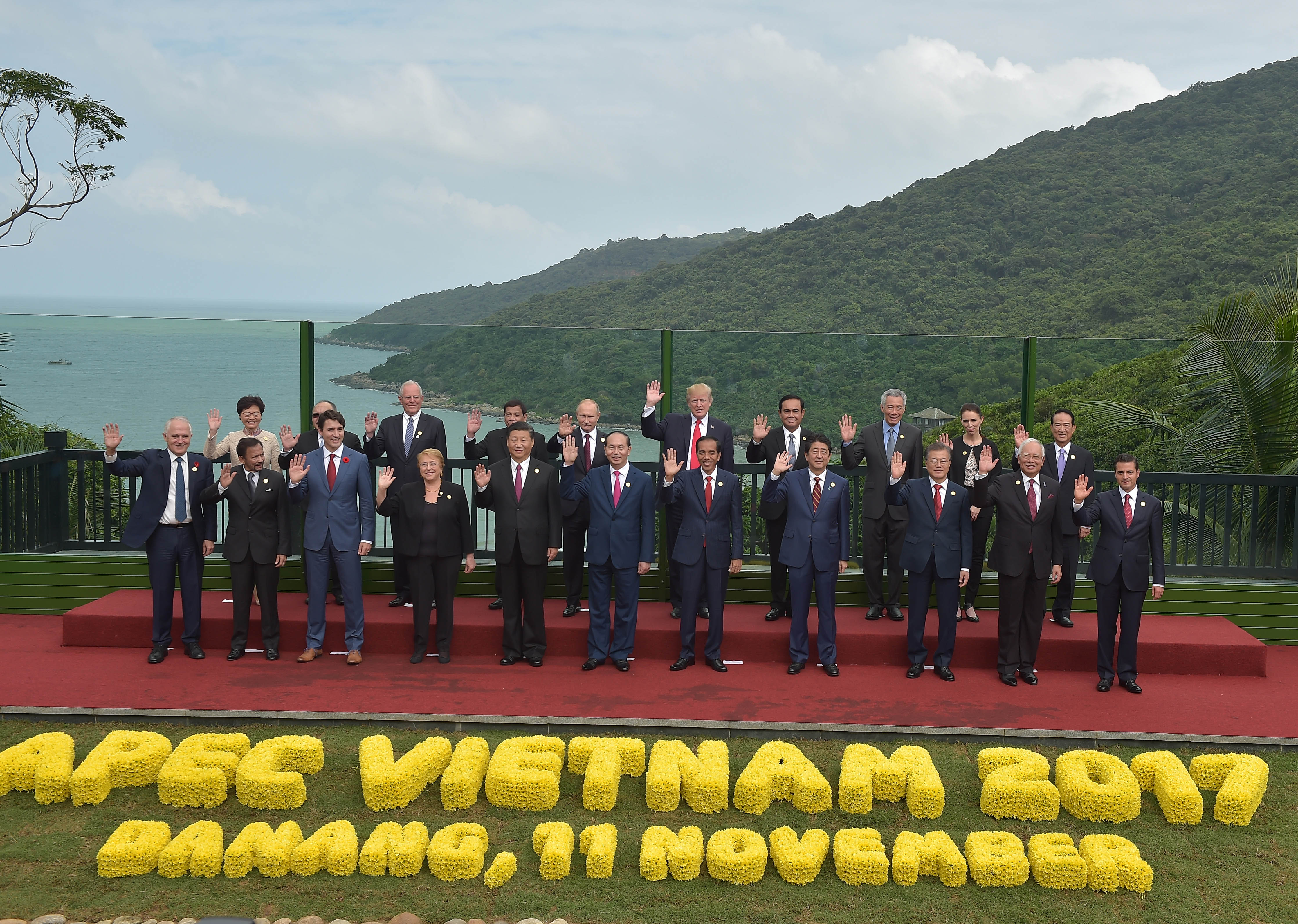 El Presidente Enrique Peña Nieto, en compañía de los mandatarios asistentes a la XXV Reunión de Líderes de APEC, posó para la Fotografía Oficial del encuentro realizado en esta ciudad.