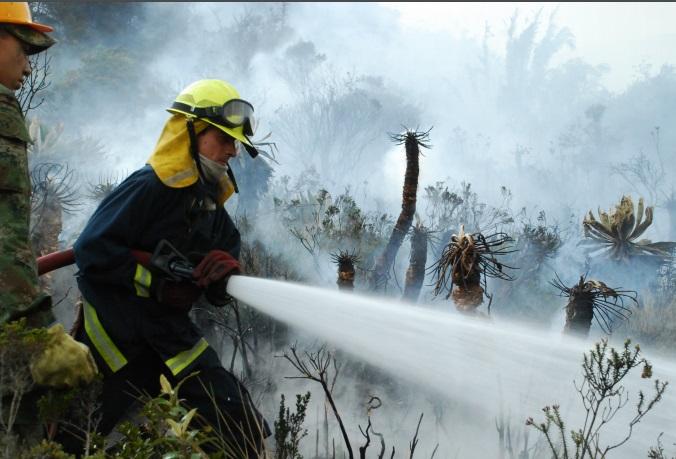 foto de bombero comabatiendo incendio
