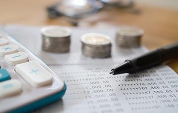 El crédito al consumo se les puede otorgar a las personas para la adquisición de bienes y servicios.