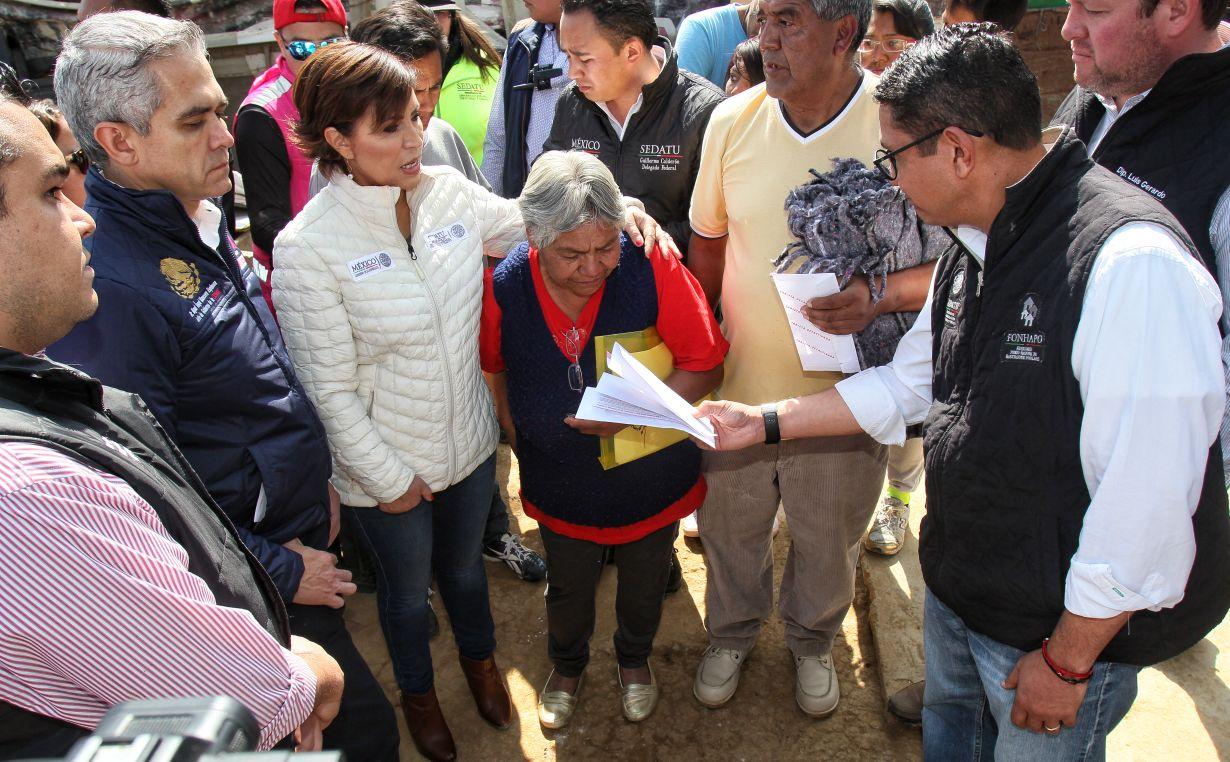 Entrega de tarjetas de Bansefi para la reconstrucción de viviendas en La Magdalena Contreras, CDMX.