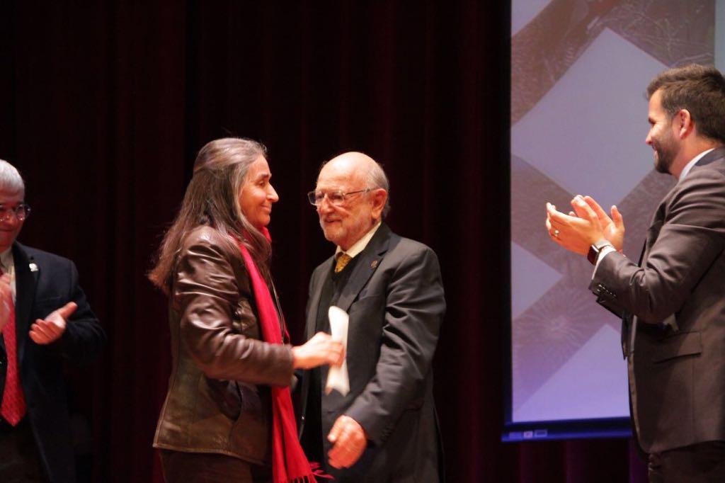 La maestra Julia Carabias también fue reconocida por la CONABIO en el 25 aniversario de esta institución.