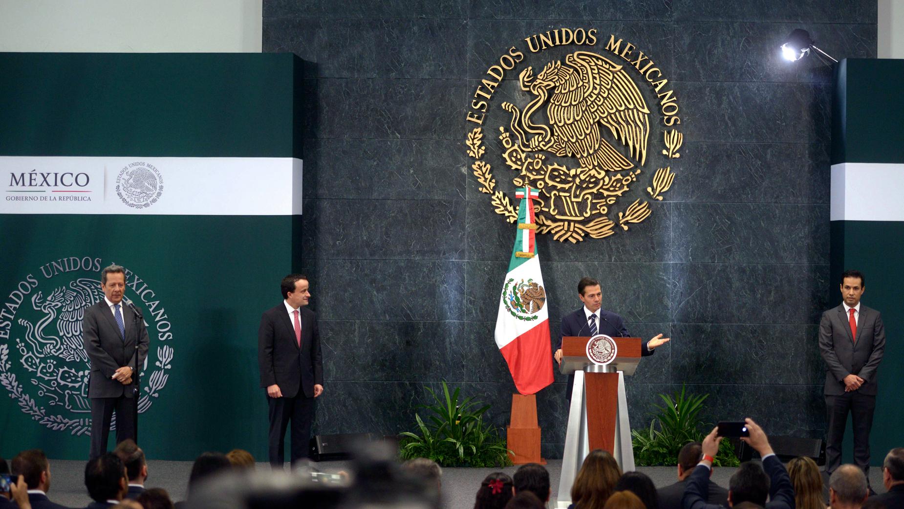 """El Primer Mandatario dijo de Mikel Arreola """"se trata de un destacado servidor público, que sirvió al Gobierno de la República y a México con talento, dedicación y profesionalismo y, estoy seguro, y deseo, que así siga siendo hacia futuro""""."""