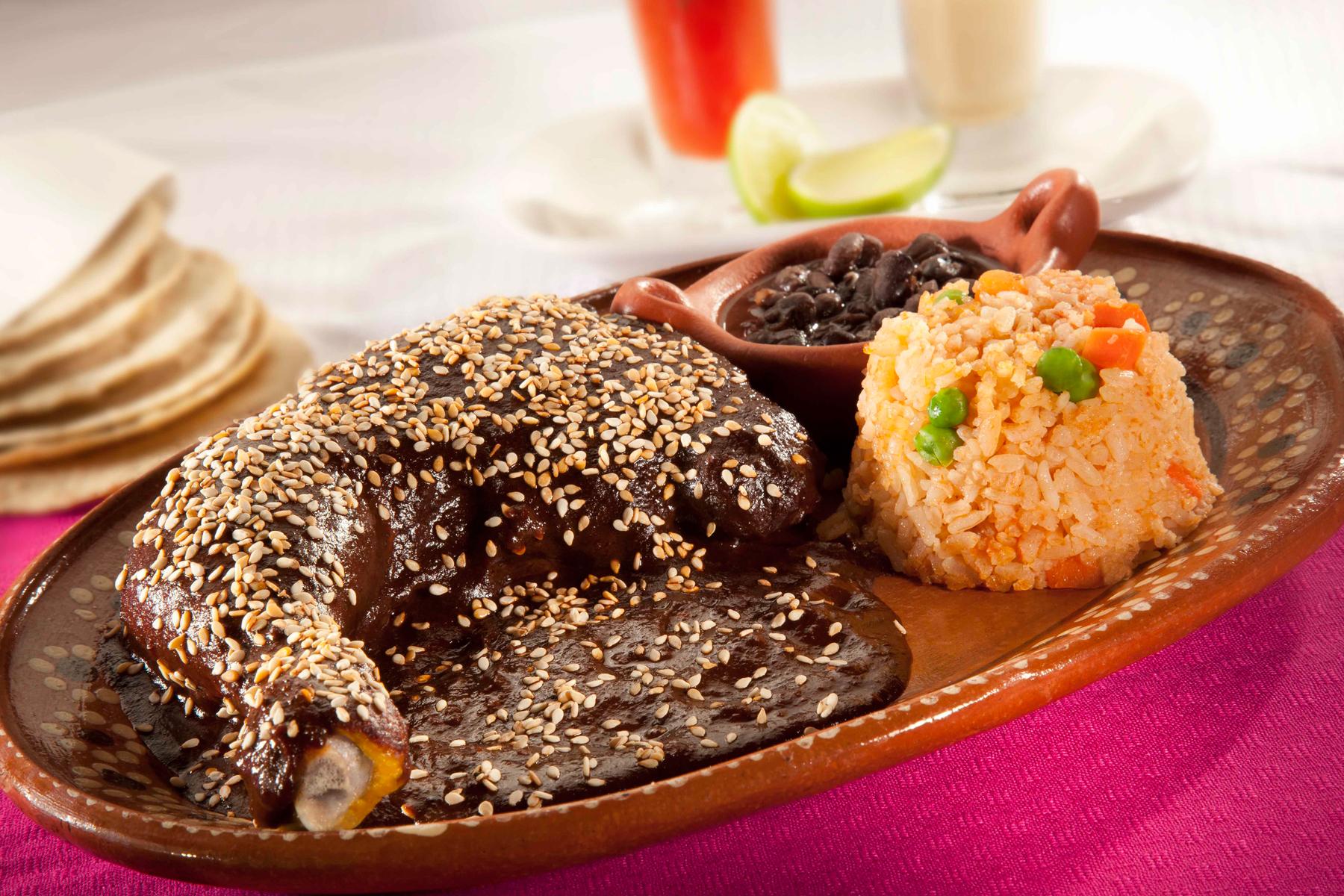 Pollo con mole y arroz