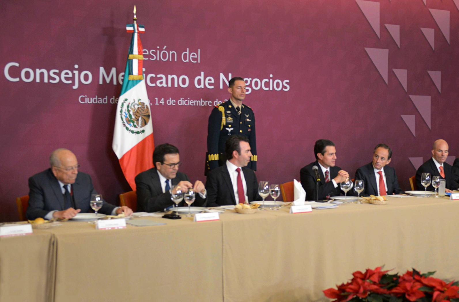 El secretario de Hacienda y Crédito Público, José Antonio González Anaya, acompañó al presidente Enrique Peña Nieto, a la sesión de trabajo con integrantes del Consejo Mexicano de Negocios (CMN).