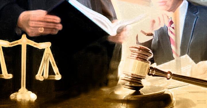 imagen de la balanza de la justicia, mazo de juez, al fondo una persona sosteniendo un libro y otra escuchando