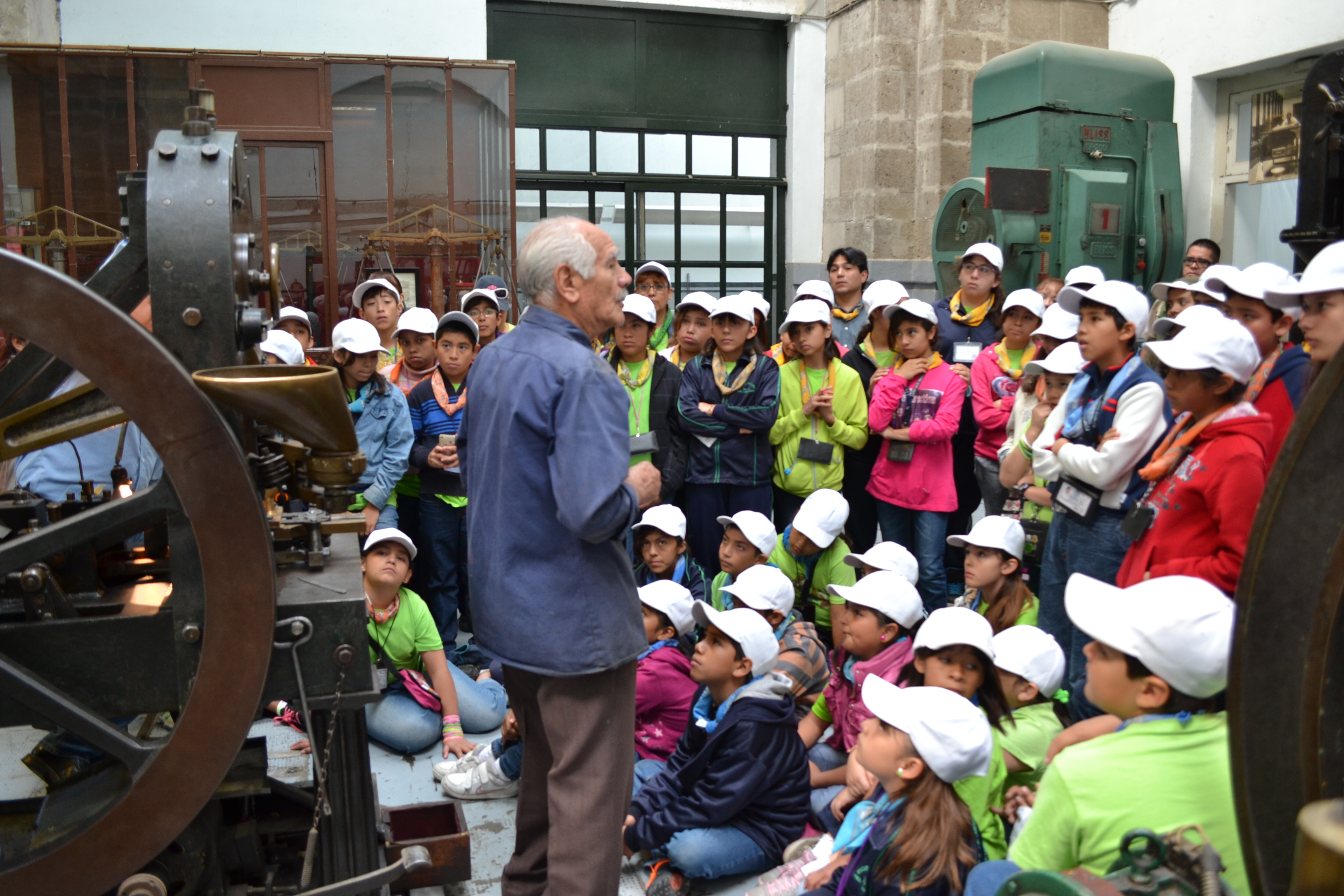 Don Esteban con visitantes al MNN