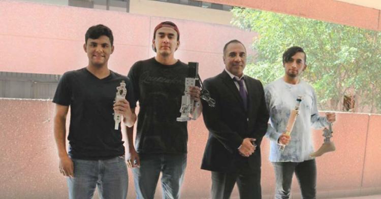 Son cuatro personas masculinos, Investigador y estudiantes del IPN  que fabrican prótesis económicas
