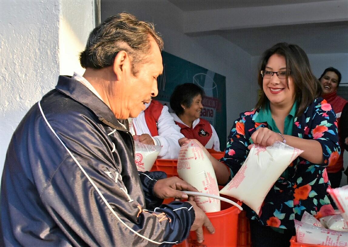 Beneficiario recibiendo leche Liconsa