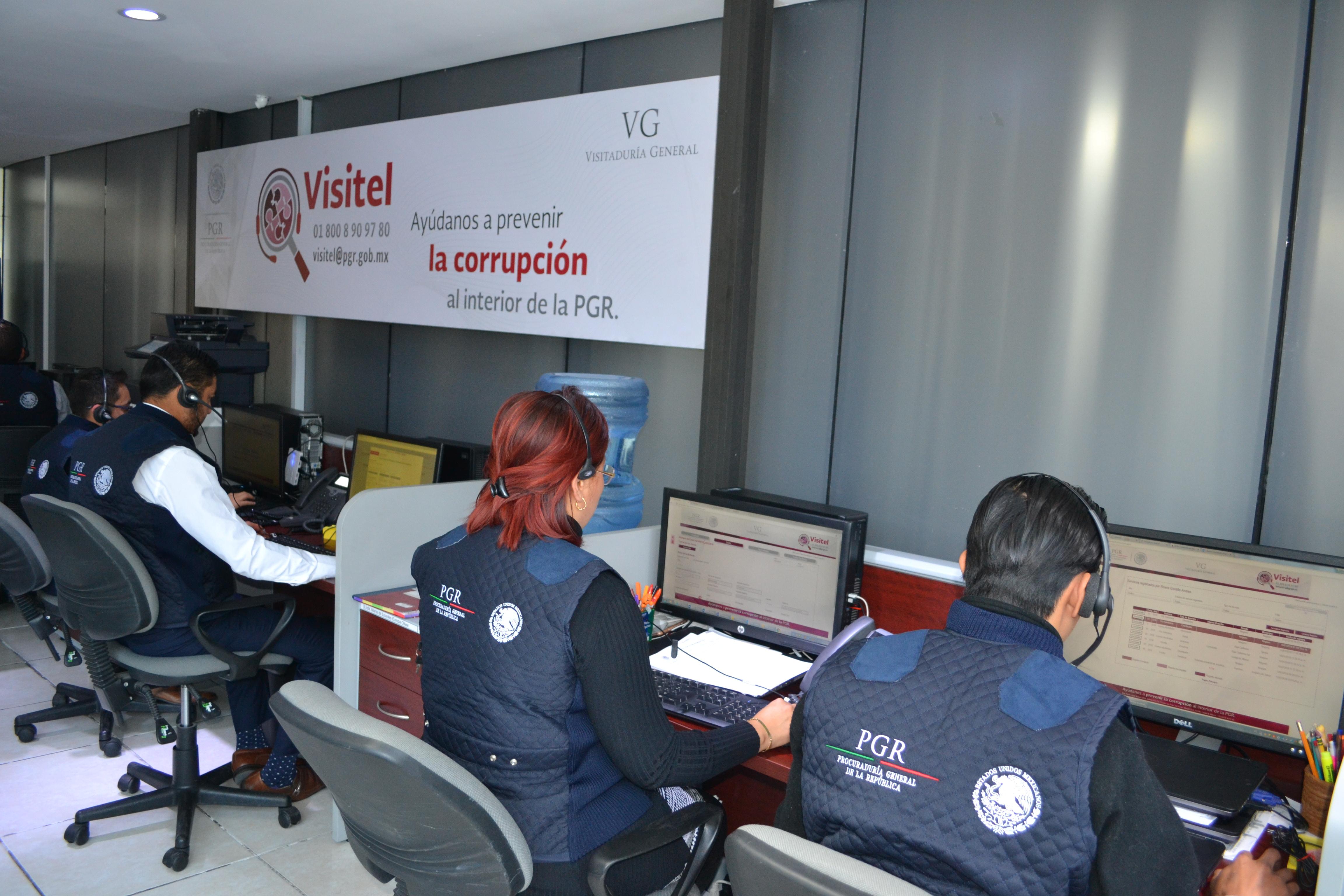 operadores de VISITEL en sus puestos de trabajo