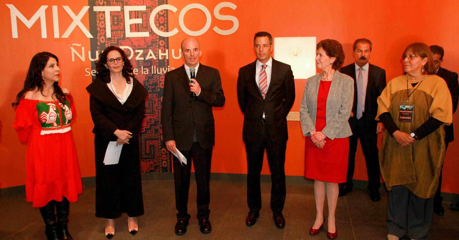 El secretario José Antonio González Anaya inauguró la exposición Ñuu Dzahui, Señores de la Lluvia, en la galería de Palacio Nacional.