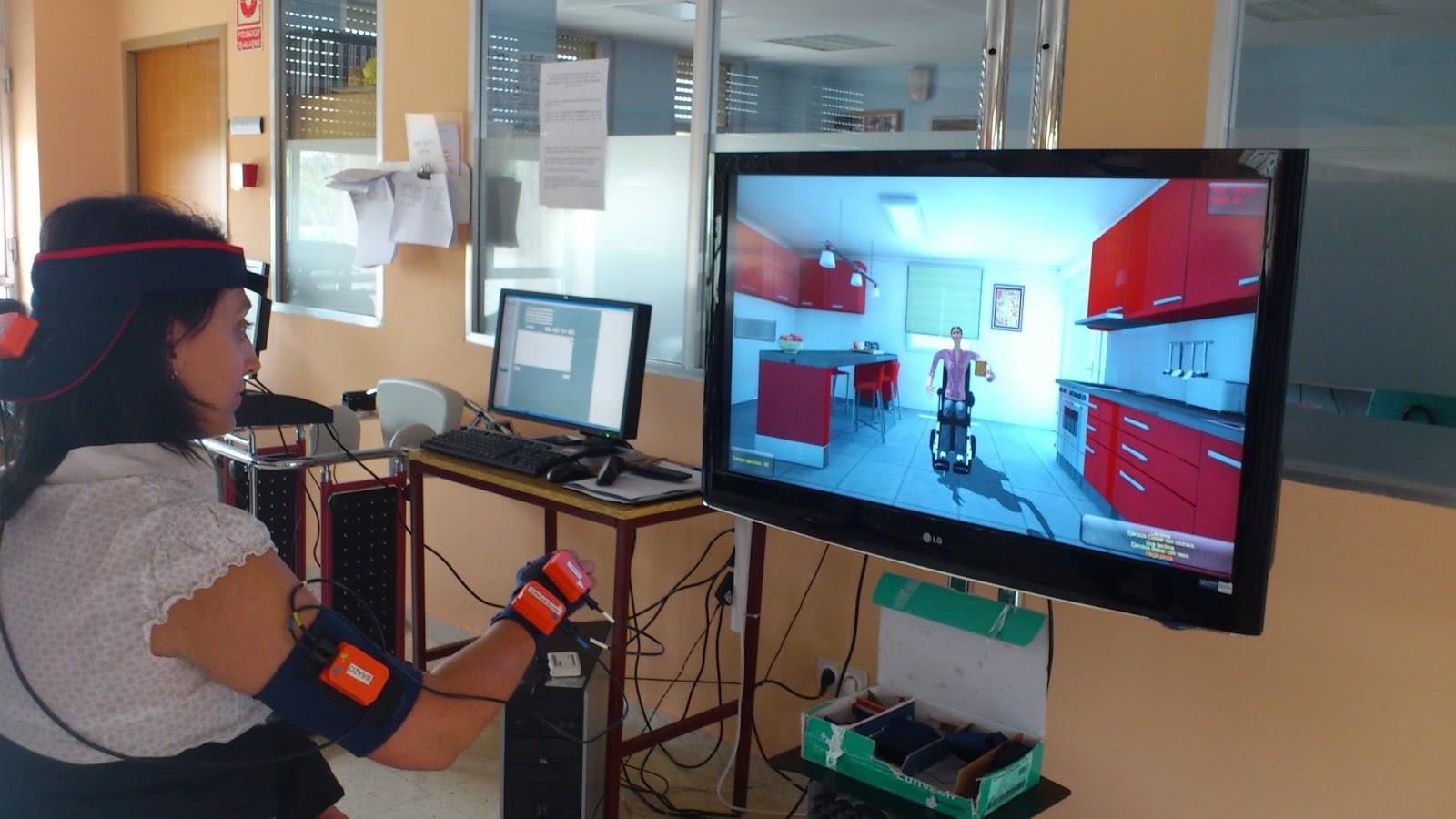 Es una mujer con discapacidad, tomando una sesión de rehabilitación virtual, con una pantalla de tv