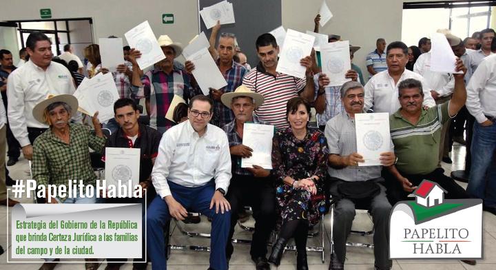La Secretaria de Desarrollo Agrario, Territorial y Urbano (SEDATU), Rosario Robles y el gobernador José Ignacio Peralta Sánchez, acompañan a ejidatarios de Colima, quienes orgullosos muestran sus documentos agrarios.