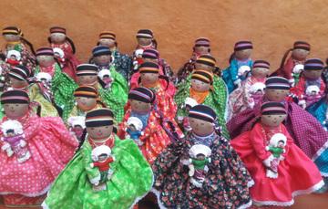Muñecas elaboradas por artesanas del estado de Querétaro