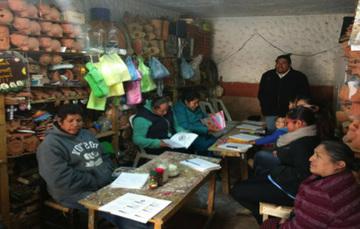Artesanos alfareros recibiendo capacitación en Metepec