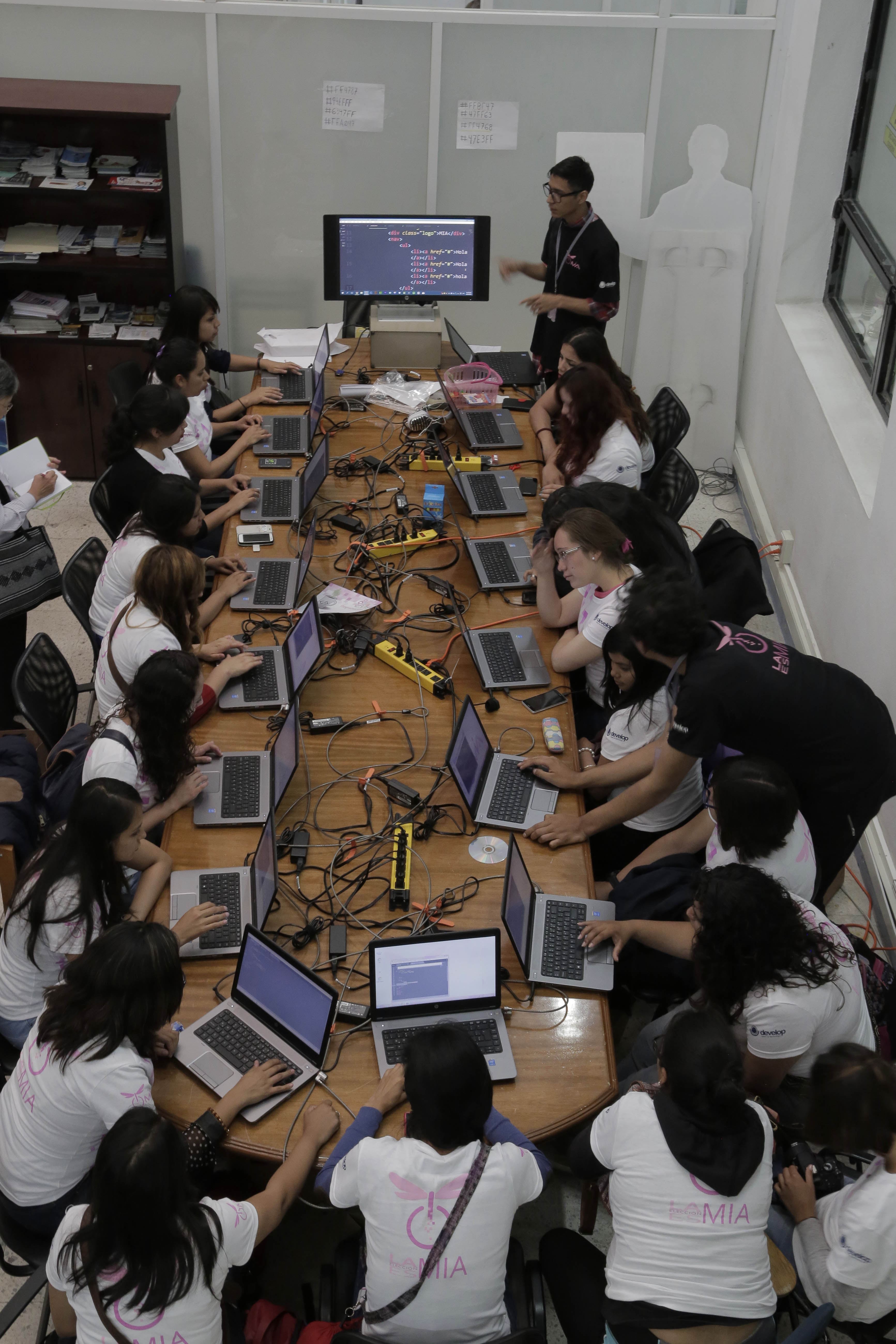 Se otorgarán hasta 275 becas a las y los jóvenes mexicanos de entre 18 y 29 años de edad, egresados de alguna universidad pública o privada en el país.