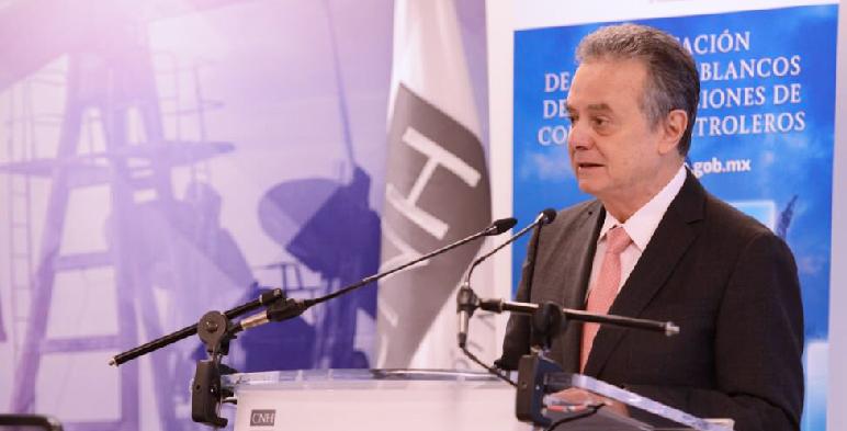 Pedro Joaquín Coldwell, Secretario de Energía, en el podium emitiendo su discurso durante la presentación de los libros blancos de las licitaciones de contratos petroleros