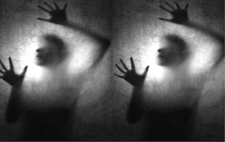 Se muestra una persona detrás de un vidrio opaco en señal de estar cautiva.