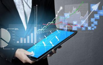 Ilustración de una persona con un dispositivo tipo tableta en las manos que proyecta gráficos de estadísticas
