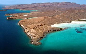 El archipiélago cautiva por su aislamiento, origen volcánico, belleza escénica, biodiversidad, contraste entre mar y desierto y la tranquilidad de sus playas y prístino entorno.