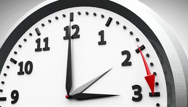 El domingo 01 de abril a las 2h00 de la mañana, momento en el cual, los relojes se adelantan una hora