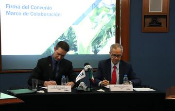 Rafael Gamboa de FIRA y Bram Govaerts de CIMMyT durante la firma del convenio Marco de Colaboración para el impulso de la agricultura sostenible