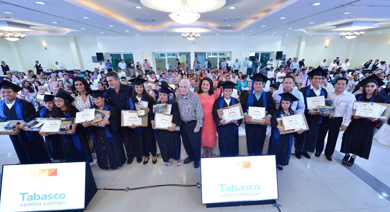 Graduación del Diplomado para Personas con Discapacidad Auditiva en Diseño Gráfico.
