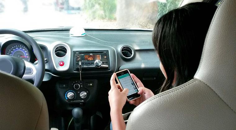 Imagen de una mujer revisando su celular.