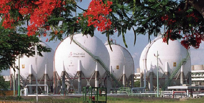 Fotografía de tanques de almacenamiento