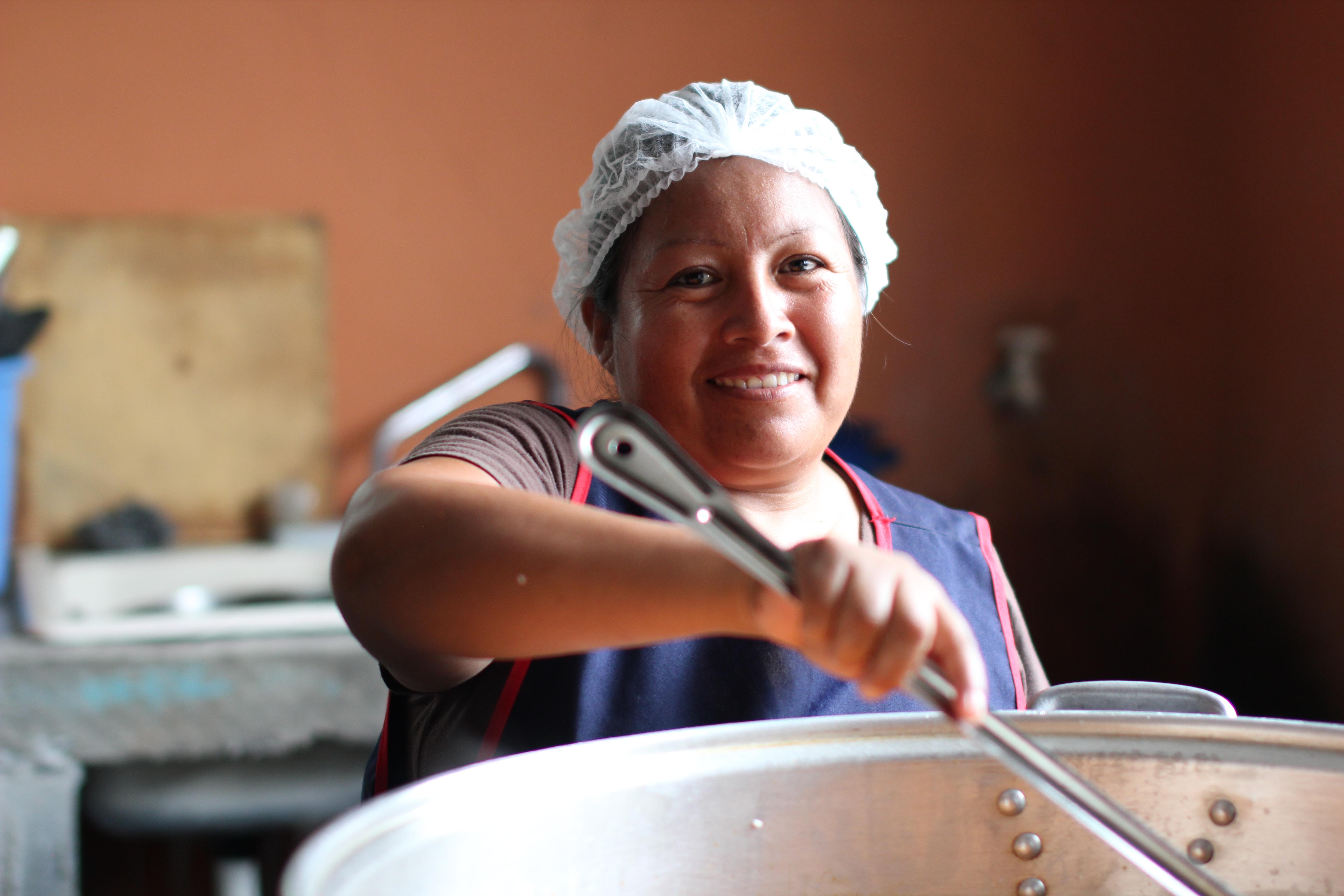Voluntaria cocinando en un comedor comunitario