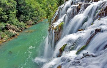Vista general de caída de agua