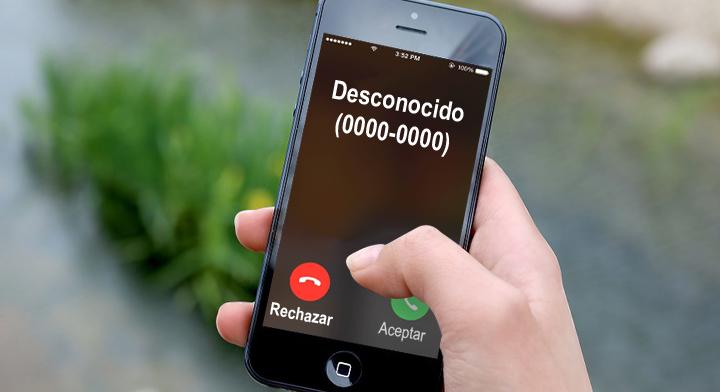 Imagen de un teléfono celular recibiendo la llamada de un número desconocido.