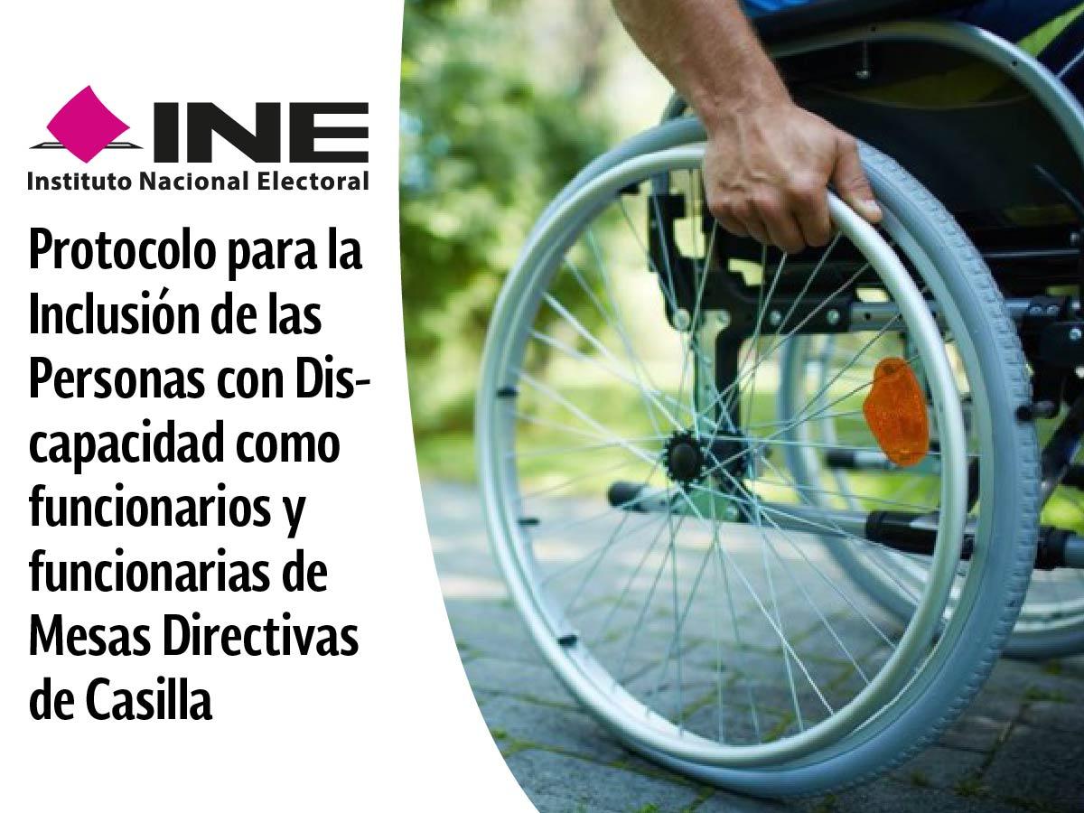 Es una persona en silla de ruedas, en la toma se visualiza la mano derecha sujetando la llanta que se aprecia en su totalidad y parte de la silla.