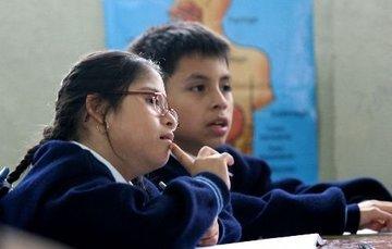 Niña y niño estudiando